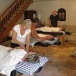 På massagekursen övar vi på varandra med ett par per massagebänk